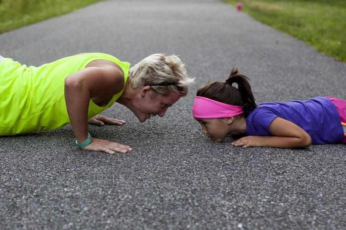 šta je interval trening, majka i ćerka vežbaju