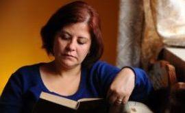 žena čita knjigu