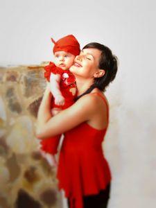 majka i dete u crvenom