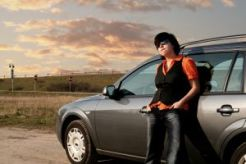 devojka i auto