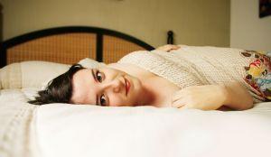 devojka u krevetu