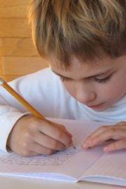 dečak uči