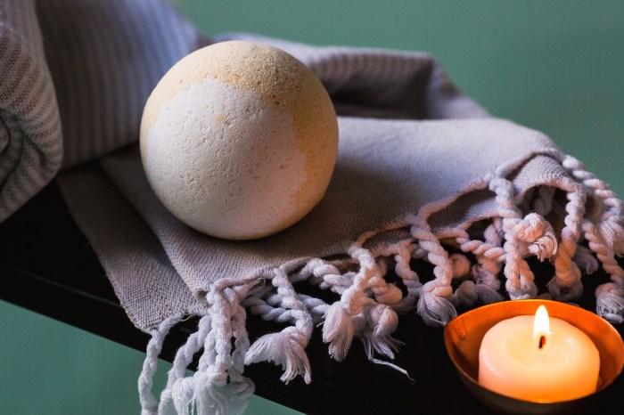 sveća, ćebe i sapun kugla kao detalji za uređenje kupatila