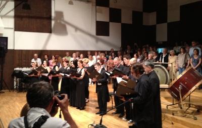 pevanje himne na filharmonijaUP