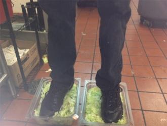 zaposleni u burger kingu nogama gazio zelenu salatu