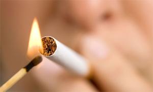 devojka pali cigaretu