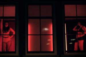 Neobični ples u ulici crvenih fenjera!