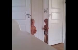kako_izgleda_stavljanje_blizanaca_u_krevet_m