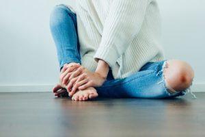 Kako ukloniti crne mrlje oko laktova i kolena?