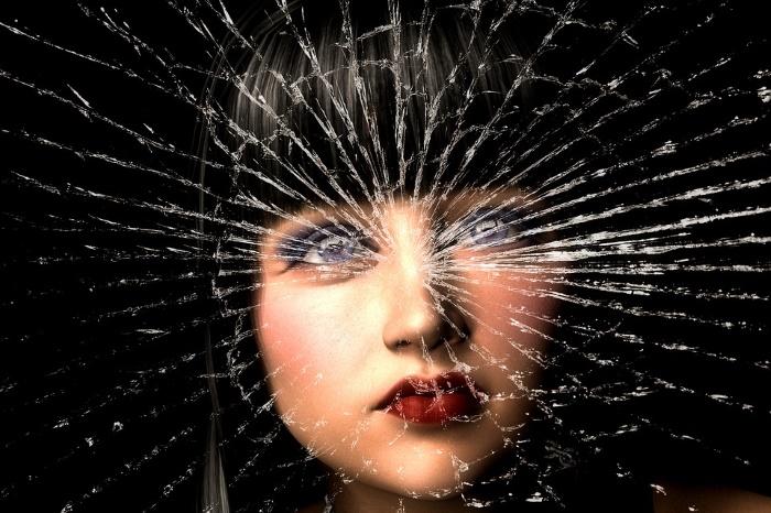 zasto-razbijeno-ogledalo-donosi-7-godina-nesrece-v