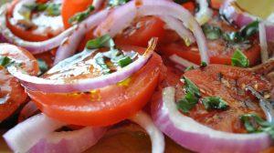 Salata od paradajza i crvenog luka