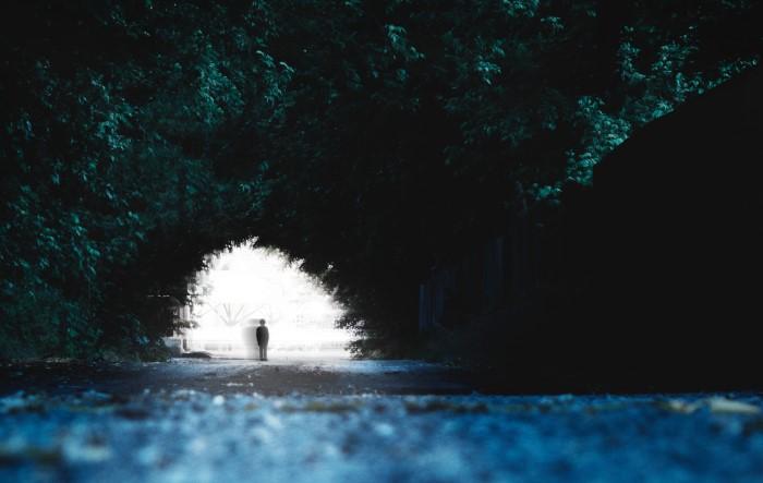 depresija nije lako uočljiva, mutna je poput ove osobe koja stoji na kraju tunela