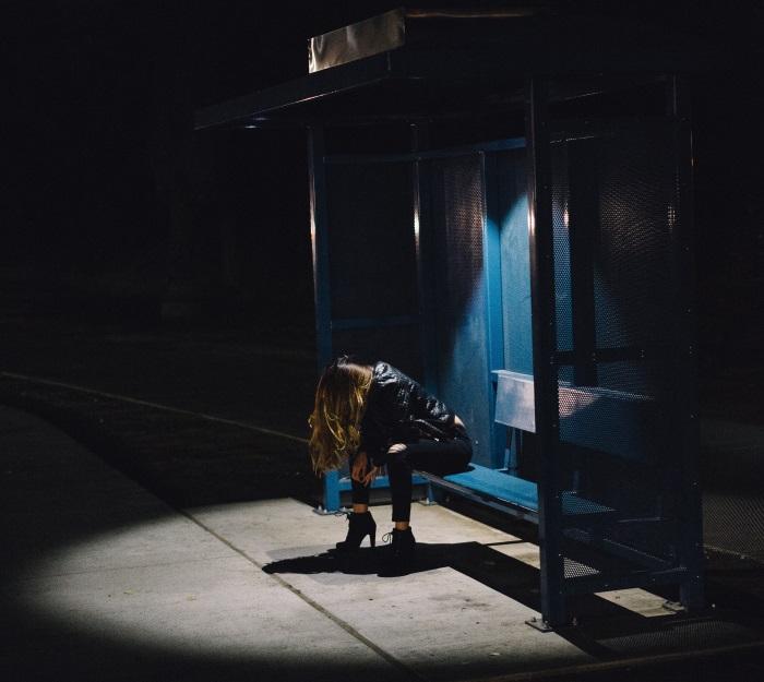tužna devojka na auobuskoj stanici