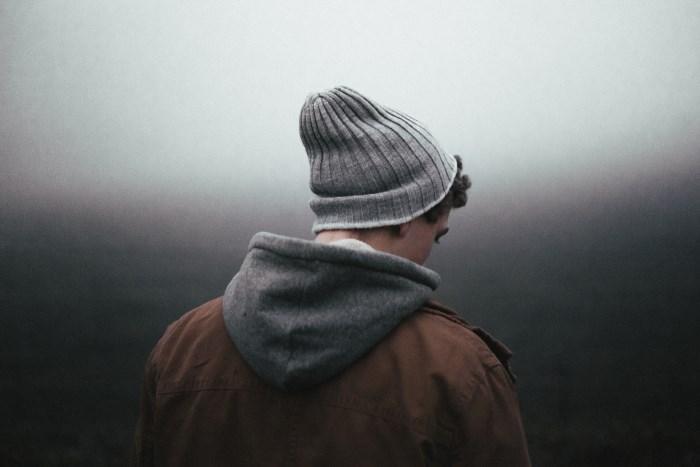 tužan, usamljen mladić