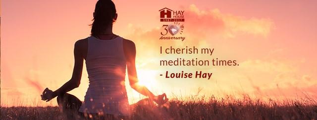 devojka koja meditira i citat Lujze Hej