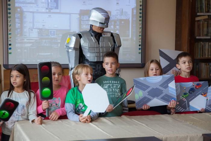 robokap uči decu da idu oprezno na putu do škole