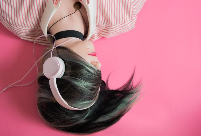 učenje novog jezika slušanjem podkasta, devojka sa slušalicama