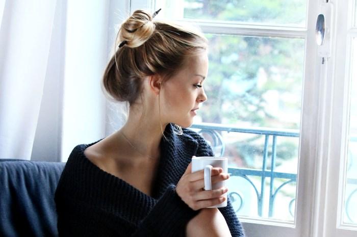 devojka sa šoljom kafe u ruci