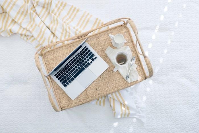 čaj i laptop u krevetu