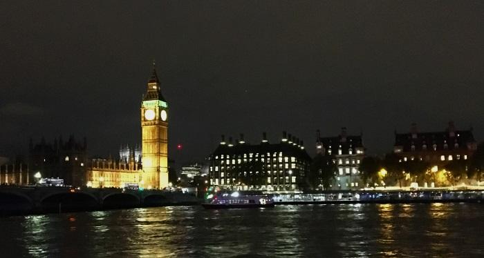 big ben noću pogled sa reke
