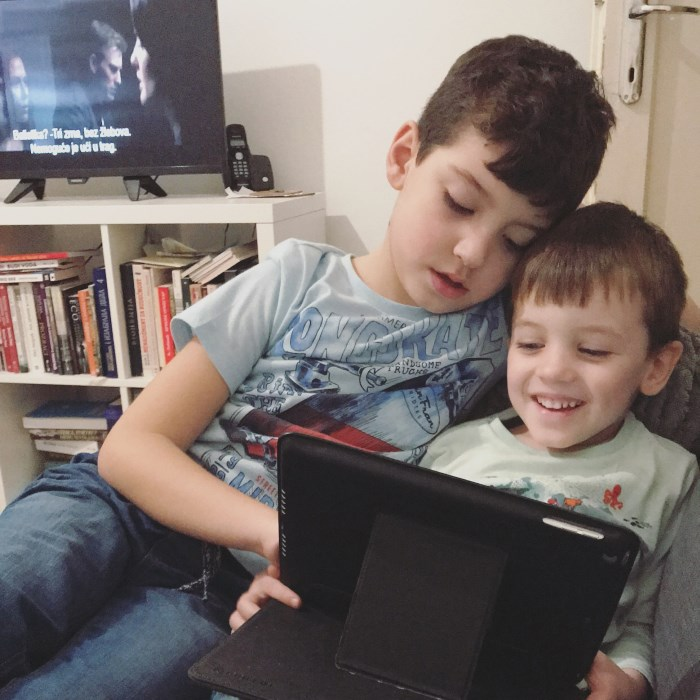 dečaci se igraju sa tabletom