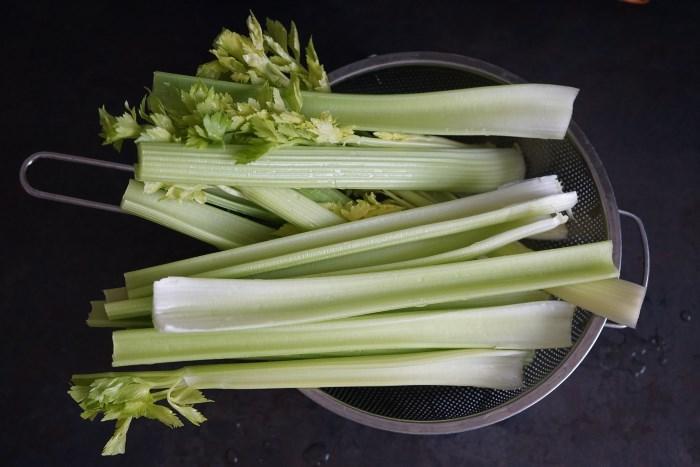 stabljike-celera-u-cediljci