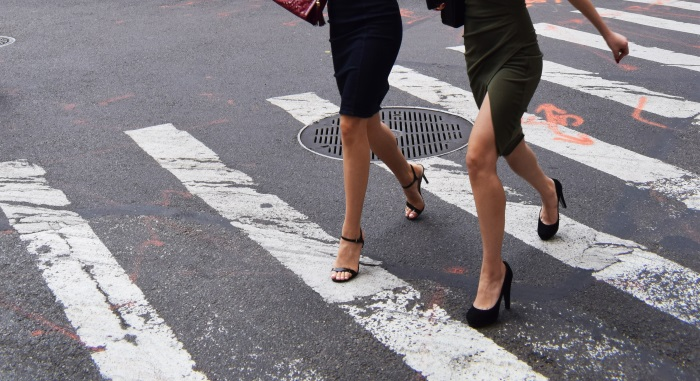 žene-prelaze-preko-ulice