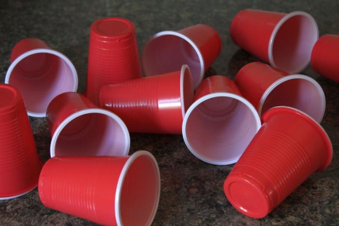 crvene-plastične-čaše