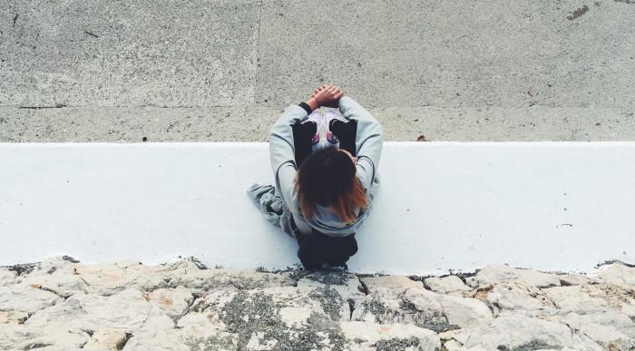 devojka na betonu