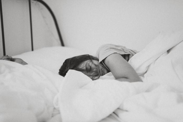 crno bela fotografija devojke koja spava