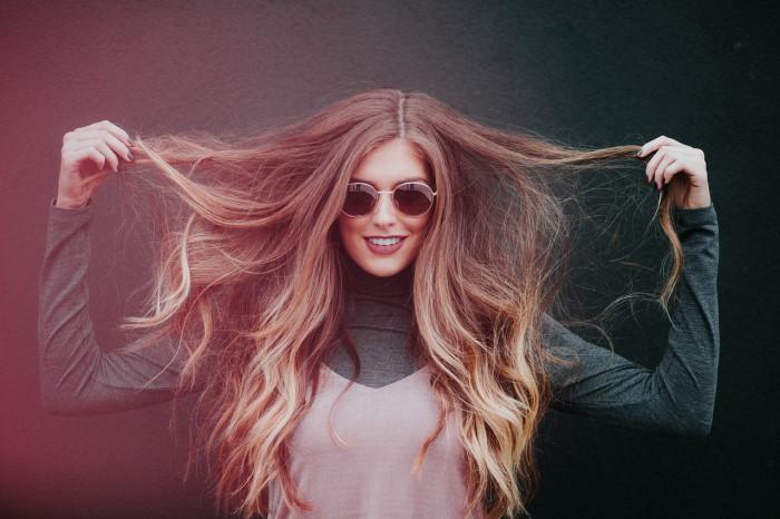 devojka sa dugom kosom i naočarima