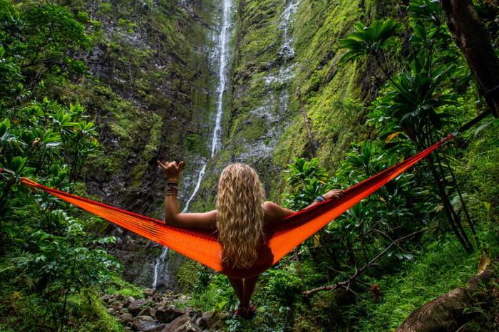 devojka u divljini
