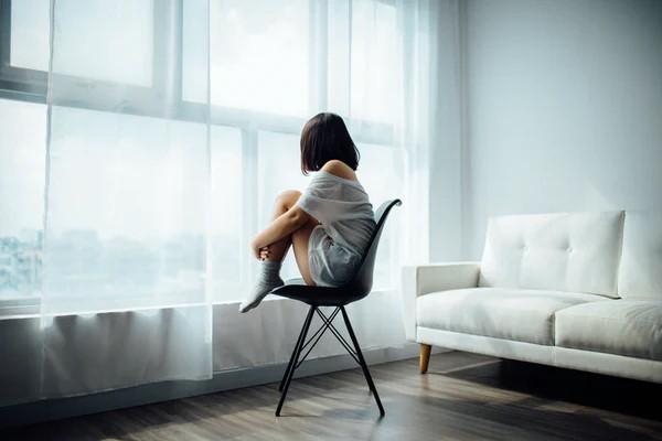 devojka na stolici - ilustracija psihičke borbe protiv korona virusa