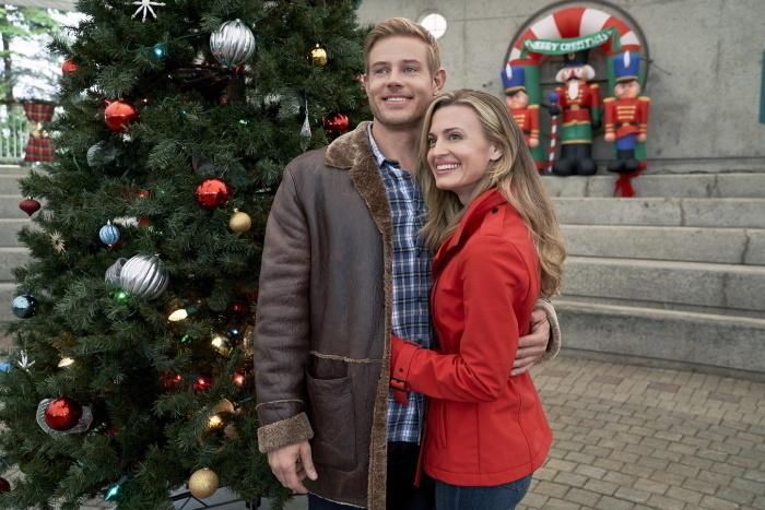 diva božić maraton zagrljeni par pored jelke