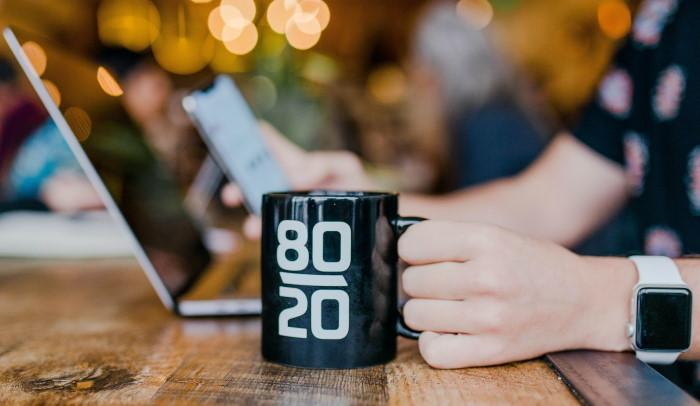 šolja kafe uz laptop