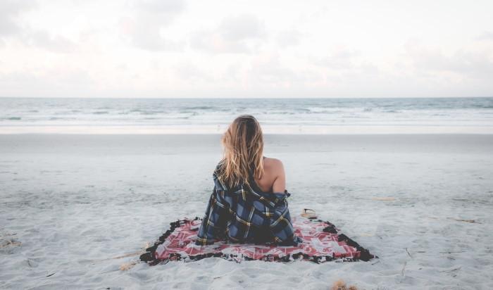 devojka na plaži razmišlja je li manje žena ako ne želi decu