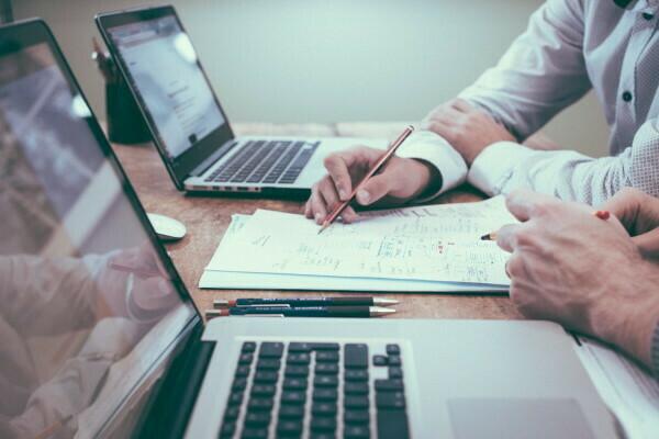 finansijski-savetnik-konsultuje-klijenta
