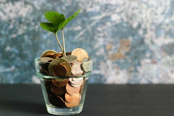 novac-u-čaši-finansijski-savetnik-štedi
